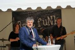 Bürgermeister Müller würdigte in seiner Laudatio die vielen ortsbildprägenden Aktivitäten der Kolpingsfamilie.