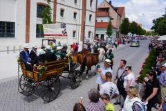Unser Präses Thomas Rauch durfte gleich an der Spitze des Umzugs in der ersten Pferdekutsche bei den Ehrengästen sitzen.