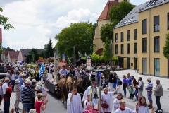 Auch Vertreter der Pfarrei St. Felizitas waren beim Festumzug dabei,...