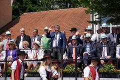 Präses Dekan Thomas Rauch winkt fröhlich von der Ehrentribüne.