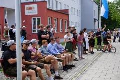 Viele nutzen die Gelegenheit und schauen vor dem Laurentiushaus dem restlichen Festumzug zu.