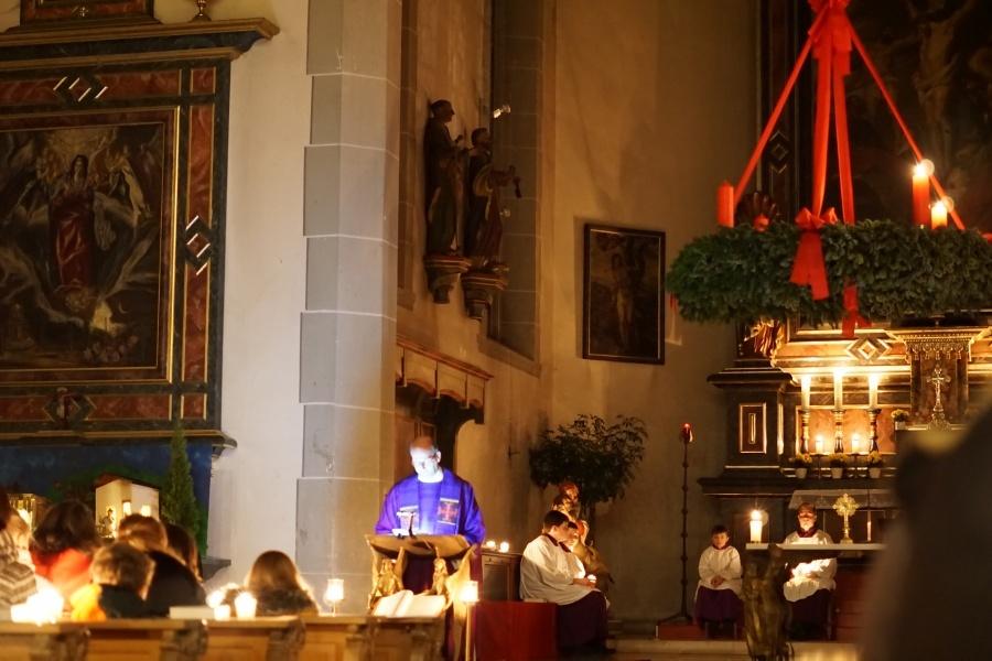 Gemeinsam wurde eine stimmungsvolle Abendmessen in der Pfarrkirche gefeiert. Vorbereitet vom Kolping-Liturgieteam.