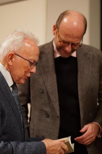 Er zeigte stolz sein altes Mitgliedsbuch, das seine Mitgliedschaft seit 1949 bezeugt.