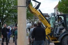 Maibaum 2019: Am Ende wird der Maibaum noch möglichst gerade gerichtet.