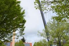 Maibaum 2019: Der Autokran zieht den Baum hoch.