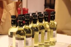 Die Päckchen wurden mit Soleil-Semmeln und kleinen Weiß- und Rotweinflaschen bestückt.