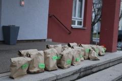Die Päckchen, aufgereiht für die Kolpingmitglieder, die Brot und Wein vorbestellt haben.