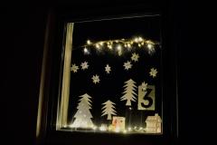 Am dritten Advent gestaltete Familie Mäder ein Fenster und erzählte warum Esel und Ochs die Ehre haben im Stall bei der heiligen Familie zu stehen, obwohl sich doch soviele andere Tiere beworben hatten.