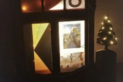 Ein mobiles Adventsfenster gestaltete der Liturgiekreis unserer Kolpingsfamilie an der Liebfrauenkirche. Dabei ging es um Heilige, - die Seiltänzer Gottes.  Als Beispiel haben wir uns das Leben von Johannes Bosco genauer angeschaut.