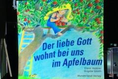 Erzählt wurde vom lieben Gott, der im Apfelbaum wohnt und musikalisch umrahmt wurde diese schöne Geschichte von einer Bläserformation.