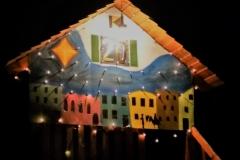Das Adventsfenster von Familie Schenk befand sich am Spielhaus der Kinder. Vollen Einsatz zeigte die ganze Familie beim Darstellen der Geschichte eines verlorenen Handschuhs.