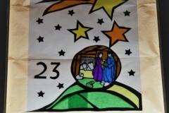 Zum Abschluss unserer Adventsfensteraktion gelang es Familie Hornig trotz stürmischem Dauerregen eine ganz besondere Stimmung zu zaubern.  Anna-Sophia erzählte Auszüge der Weihnachtsgeschichte von Anselm Grün.