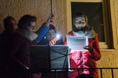 Gegliedert und aufgelockert wurde die Erzählung durch Denkanstöße für unser Leben und mehrstimmige musikalische Einlagen. Auch dank der tatkräftigen Unterstützung von Johanna und Katha freuen wir uns nun berührt und eingestimmt auf morgen: die Geburt Jesu.