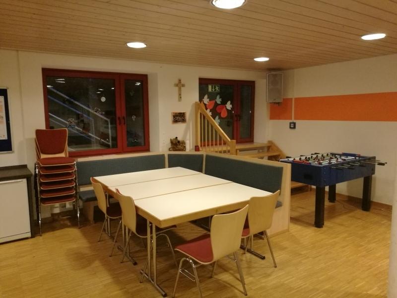 Jugendraum der Kolpingjugend: Der Sitzbereich bietet die Möglichkeit Spiele zu spielen, zu basteln und gemütlich zusammen zu sitzen.
